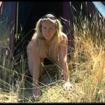 Nackt durchs Gras